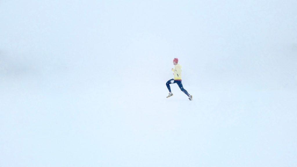 Homme qui court sous la neige