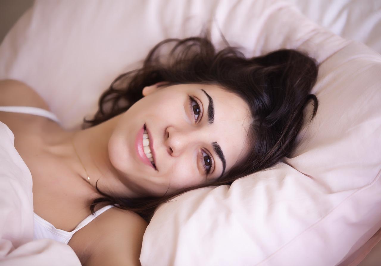 Fille dans un lit