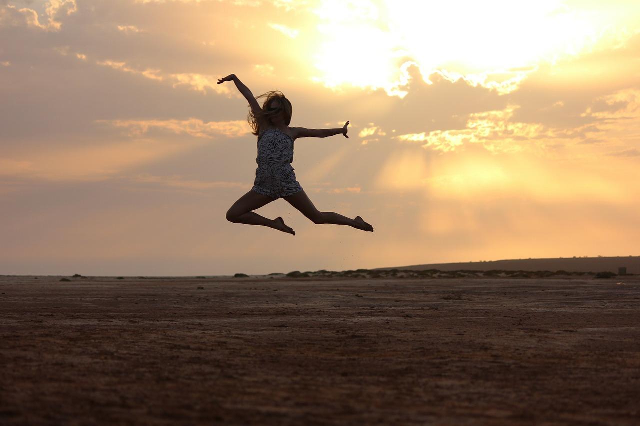 Danseuse avec un coucher de soleil