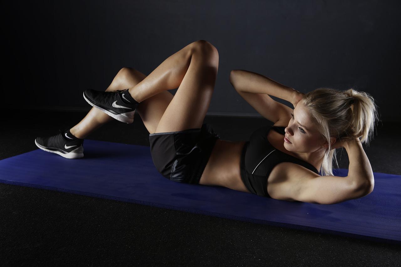 Sportive qui fait les abdos